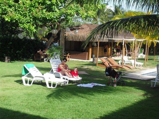 Resort La Torre: reposeras debajo de las palmeras