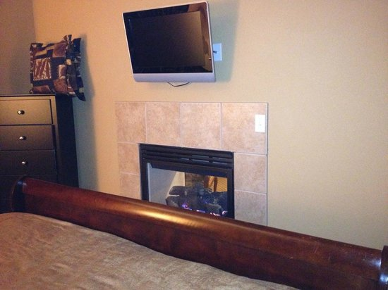 1862 David Walley's Hot Springs Resort and Spa: Flat screen and fireplace in newer 1 bedroom units