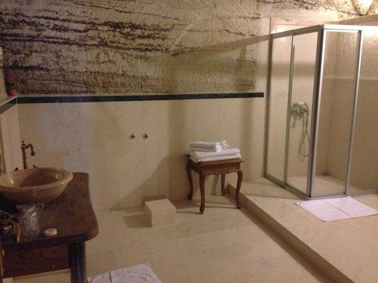 Aydinli Cave Hotel: Huge bathroom in room 13
