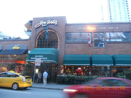 Joe Fortes Seafood & Chop House: 通りの反対から見たところです