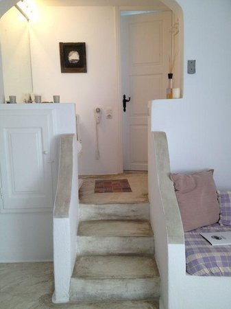 Altana Traditional Houses and Suites: steps up to bathroom