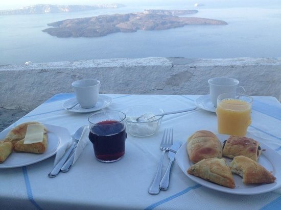 Altana Traditional Houses and Suites: breakfast in front of the hotel
