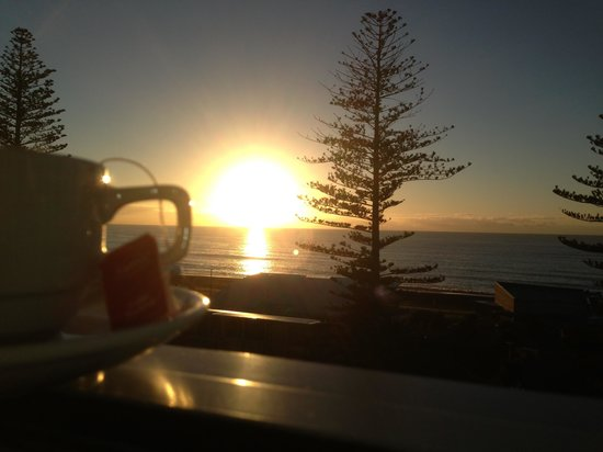 Scenic Hotel Te Pania: A brew with a view...watching the sunrise from the room.