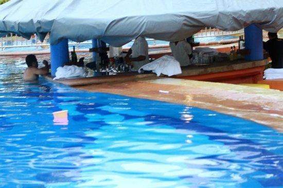 Taj Holiday Village Resort & Spa: Pool and bar