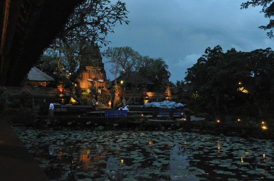 Saraswati Temple: View to the Pura Taman Kemuda Saraswati, Ubud, from Lotus Cafe