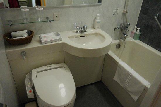 Hearton Hotel Kitaumeda: Bathroom- bathtub kinda small