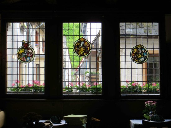 Hotel Kranenturm: Beautiful stained glass windows