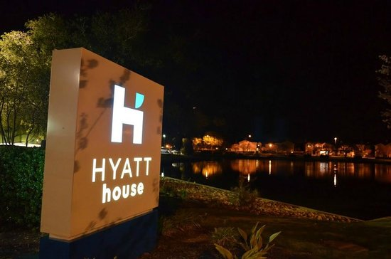 HYATT house Belmont/Redwood Shores: Hyatt Belmont Entrance- Pool View