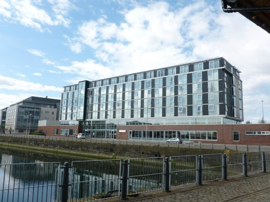 Apex City Quay Hotel & Spa: morning light on the wonderful frontage over looking the city quay