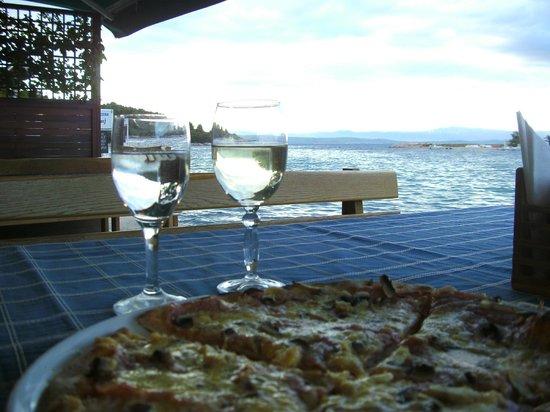 O' La La: 1. Pizza und Wein im Olala - genial!Füße fast im Wasser dabei...