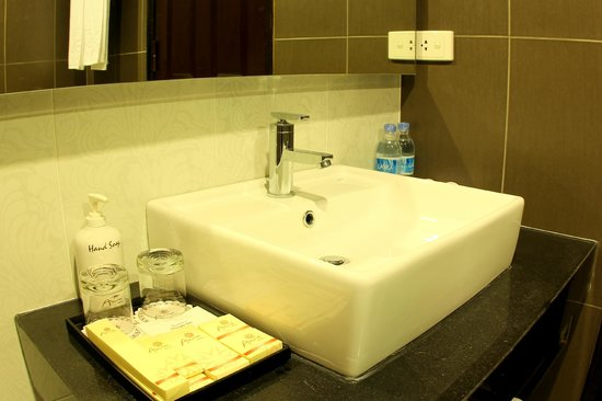 Anise Hotel: the bathroom of the Junior Suite