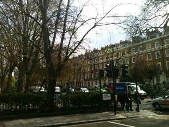 Hyde Park Rooms Hotel : Street corner