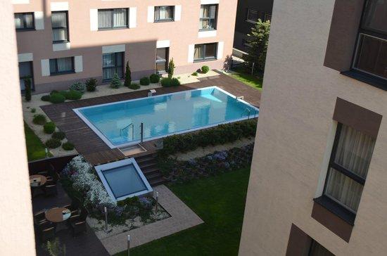 Melrose Apartments: вид из нашего номера