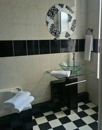 Holmlea: Paris Luxury Room Bathroom