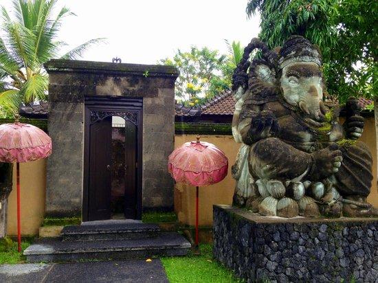The Chedi Club Tanah Gajah, Ubud, Bali – a GHM hotel: Outside our villa