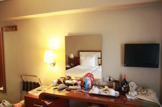 Hotel Polatdemir: Столик у кровати