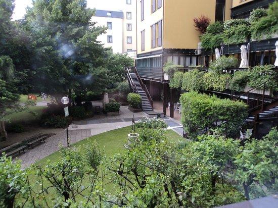 Mercure Bologna Centro: Jardín interior del hotel