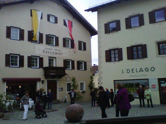 Gasthof Albergo Kreuzwirt: ingresso con bandiere festa corpus domini