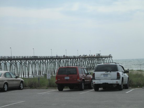 South Wind Motel: The fishing pier that is a very short walk from South Winds Motel.