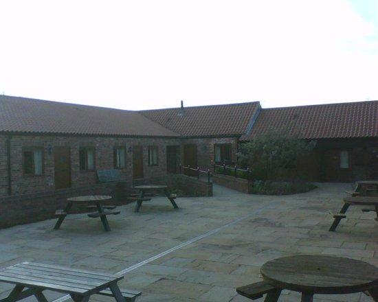 Elms Farm Cottages: Courtyard
