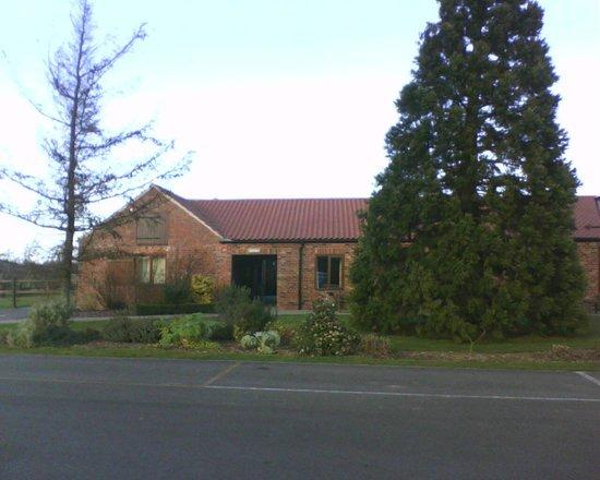 Elms Farm Cottages: Entrance to Cottages