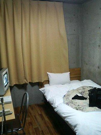 Weekly Sho Yaizu: 部屋はコンクリート打ちっぱなしで清掃はきちんとされていました。