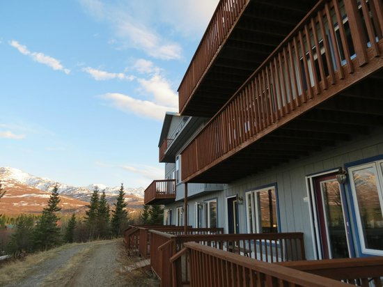 Denali Lakeview Inn: side view