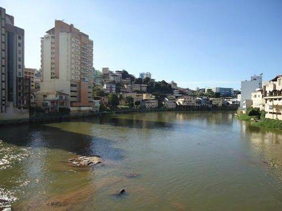 Bacia do Rio Itapemirim : Rio Itapemirim atravessando o centro de Cachoeiro - ES