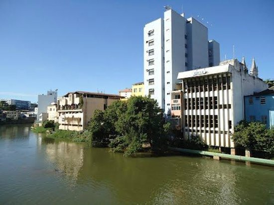 Bacia do Rio Itapemirim: Rio Itapemirim atravessando o centro de Cachoeiro - ES