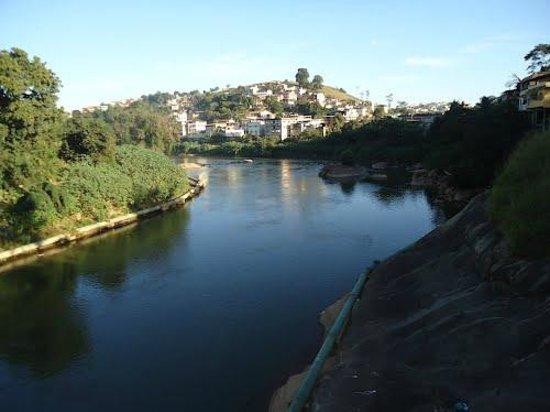 Bacia do Rio Itapemirim : Rio Itapemirim atravessando o final da área urbana de Cachoeiro - ES