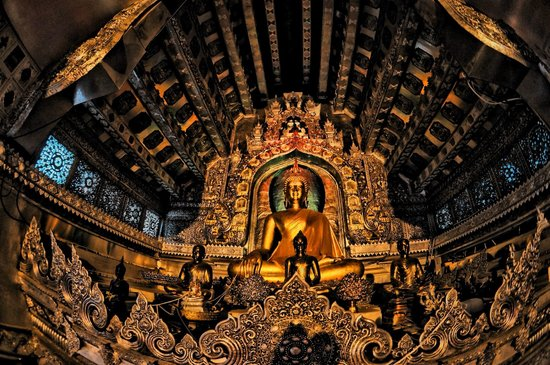 Wat Sri Suphan: Inside the temple...lady not allow for some reason...