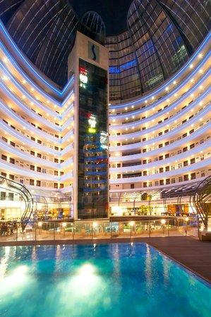 Hotel Spiwak Chipichape Cali: Interior del Hotel con Piscina
