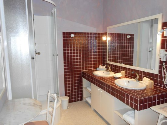 Chateau de Nieuil: côté douche et il y a une baignoire à droite des lavabos