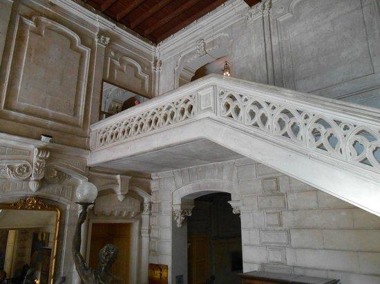 Chateau de Nieuil: l'escalier de l'entrée