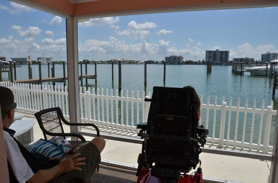 East Shore Resort : Relaxing in our screened in porch