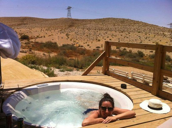 The Desert Olive Farm: outdoor jacuzzi