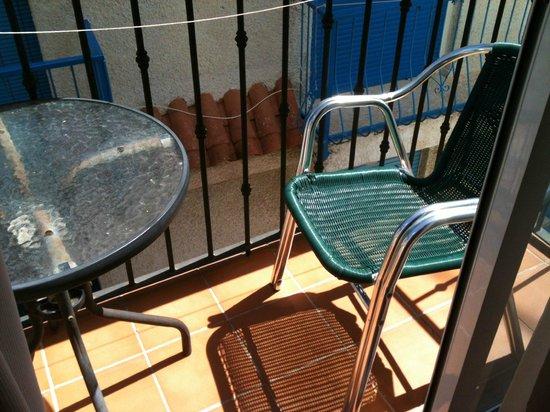 Queens Hotel: Small balcony.......