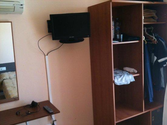 Queens Hotel: Open wardrobe, TV etc.