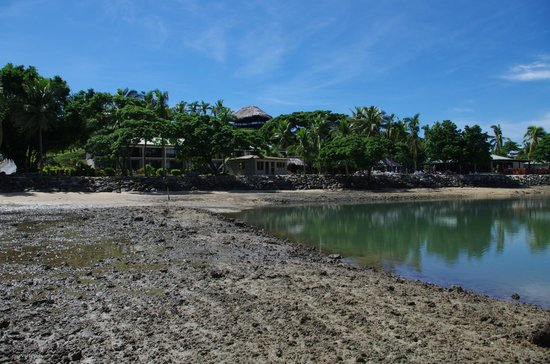 Anchorage Beach Resort : View of the hotel from the ocean at low tide