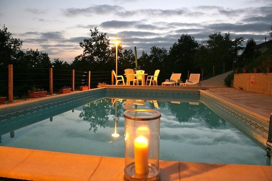 Bouteilles-Saint-Sebastien, France : Pool in the evening