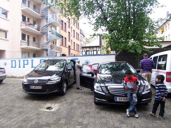 Hotel Diplomat: Car Parking area