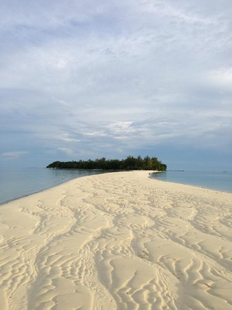 Pulau Mataking Reef Dive Resort: View of the sand bar from the main island to Mataking Kecil