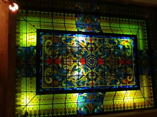 Hotel Virrey de Mendoza: Stained glass ceiling above lobby