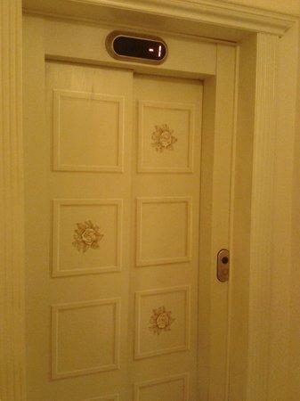 Relais dei Fiori: Precioso ascensor
