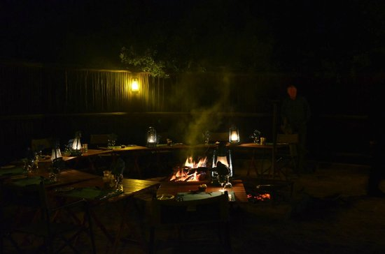 Waterbuck Game Lodge: Dinner around the fire