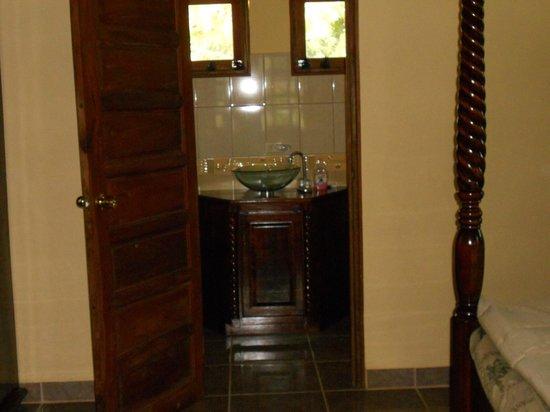 Inn the Bush Eco-Jungle Lodge: Bathroom