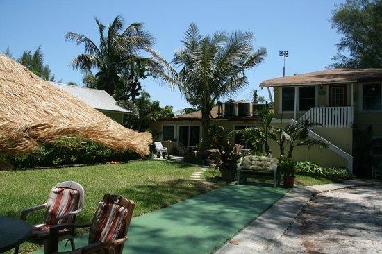 Angelinos Sea Lodge: unser Zimmer ist links von der Palme