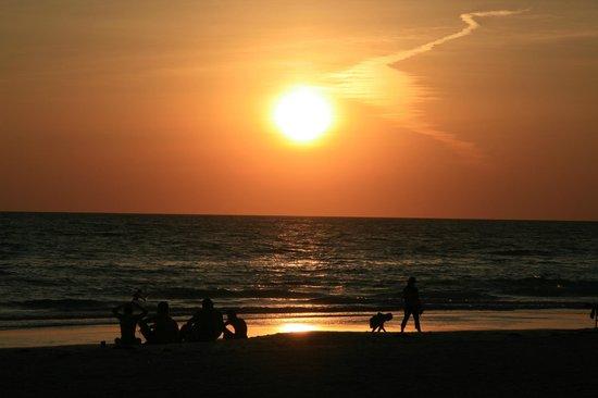 Angelinos Sea Lodge: Sunset