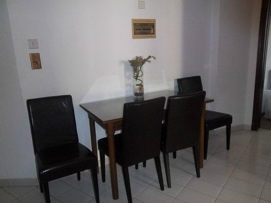 Petrou Bros Hotel Apartments: kitchen