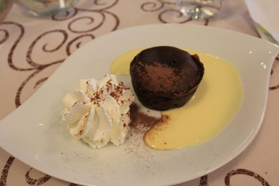 Le Cafe du Commerce : delicious chocolate cake with melting heart